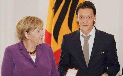Euro 2012 : Özil a Angela Merkel sur le dos
