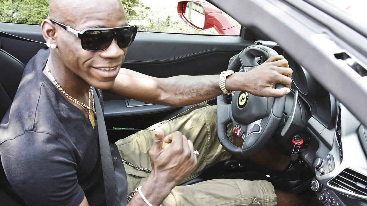 Mario Balotelli au volant de sa Ferrari