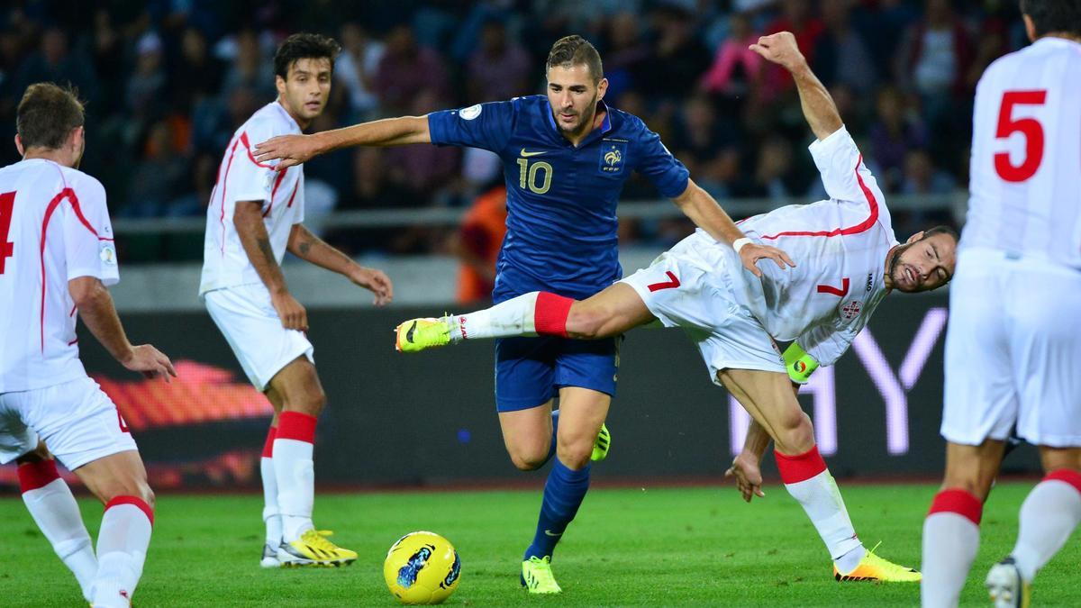 Équipe de France : Faut-il mettre Benzema sur le banc ?