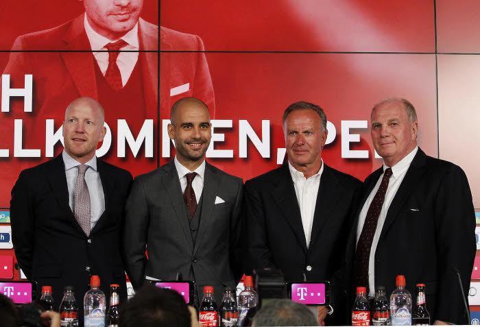 Pep Guardiola, entouré de Matthias Sammer, Karl-Heinz Rummenigge et Uli Hoëness