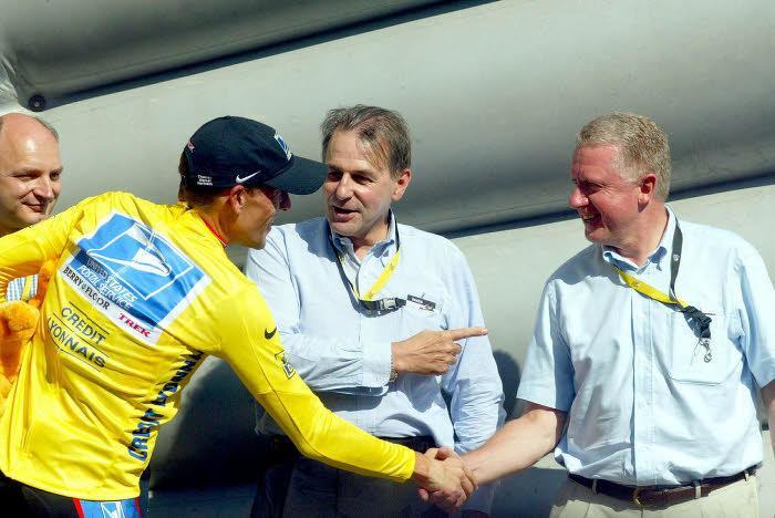 Lance Armstrong serre la main d'Hein Verbruggen, en 2003