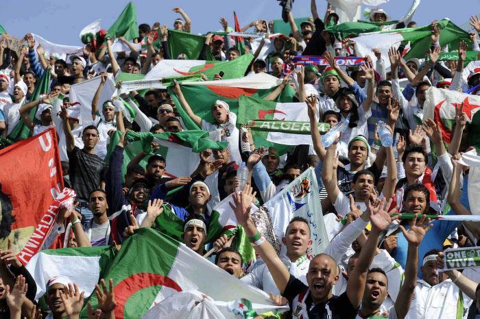 Coupe du monde : Les supporters algériens fêtent la qualification sur les Champs-Élysées (vidéo)