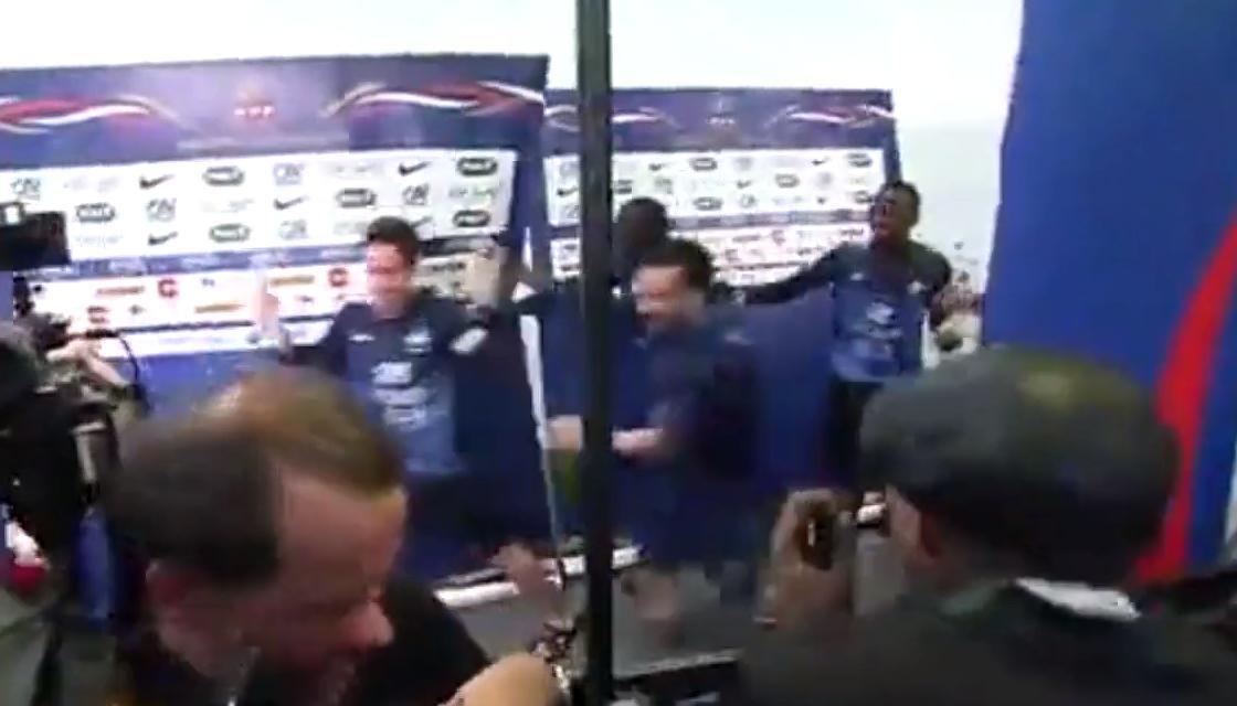 Coupe du monde : Les Bleus fêtent la qualification avec les journalistes (vidéo)