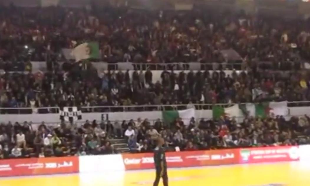 Handball : Ambiance incroyable dans un gymnase en Algérie (vidéo)