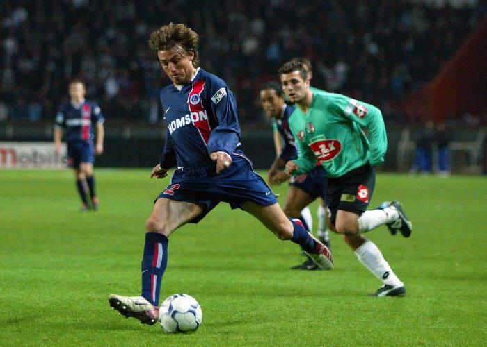 Défenseur gauche : Gabriel Heinze, joueur du PSG entre 2001 et 2004, puis de l'OM entre 2009 et 2011.