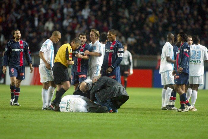 Fabrice Fiorèse, à terre lors d'un PSG-OM de 2004