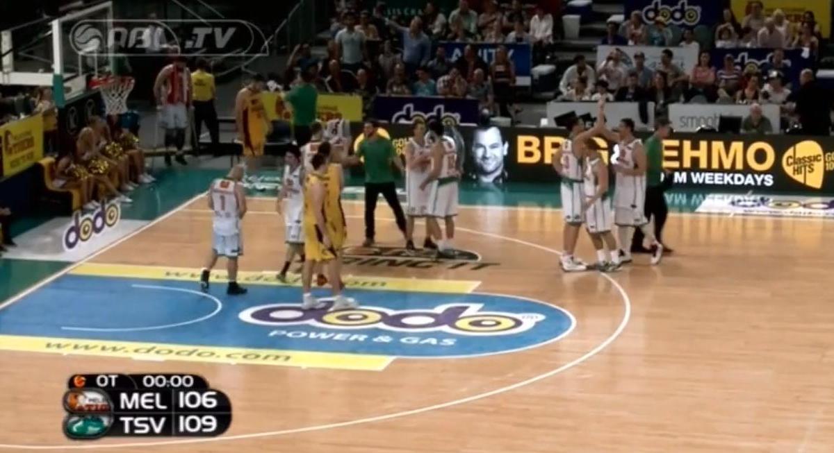 Basket - Insolite : Le ballon reste bloqué sur le panneau (vidéo)