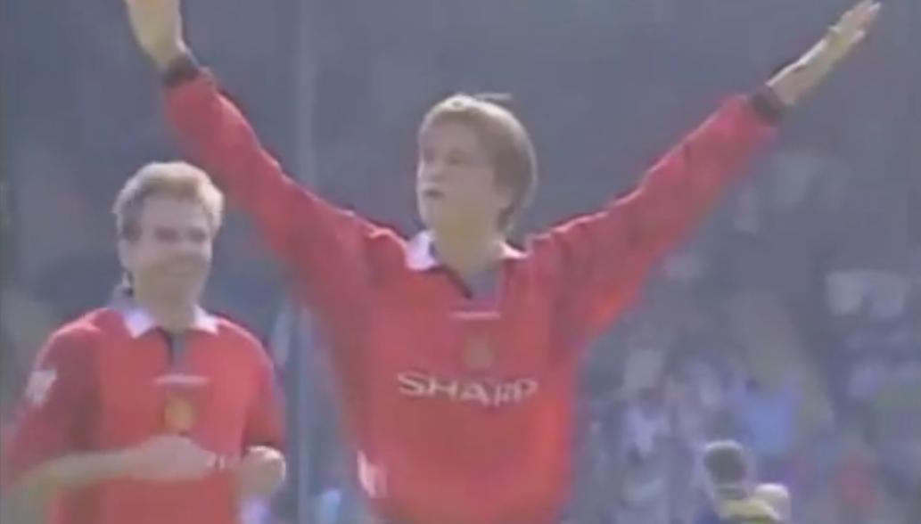 Manchester United : Quand David Beckham marquait du milieu du terrain (vidéo)