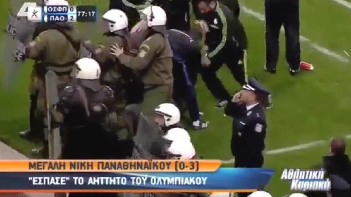 Insolite : Un verre de soda met KO l'entraîneur de l'Olympiakos (vidéo)