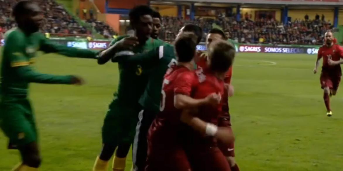 Barcelone/Real Madrid : Bagarre entre Coentrao et Alex Song (vidéo)