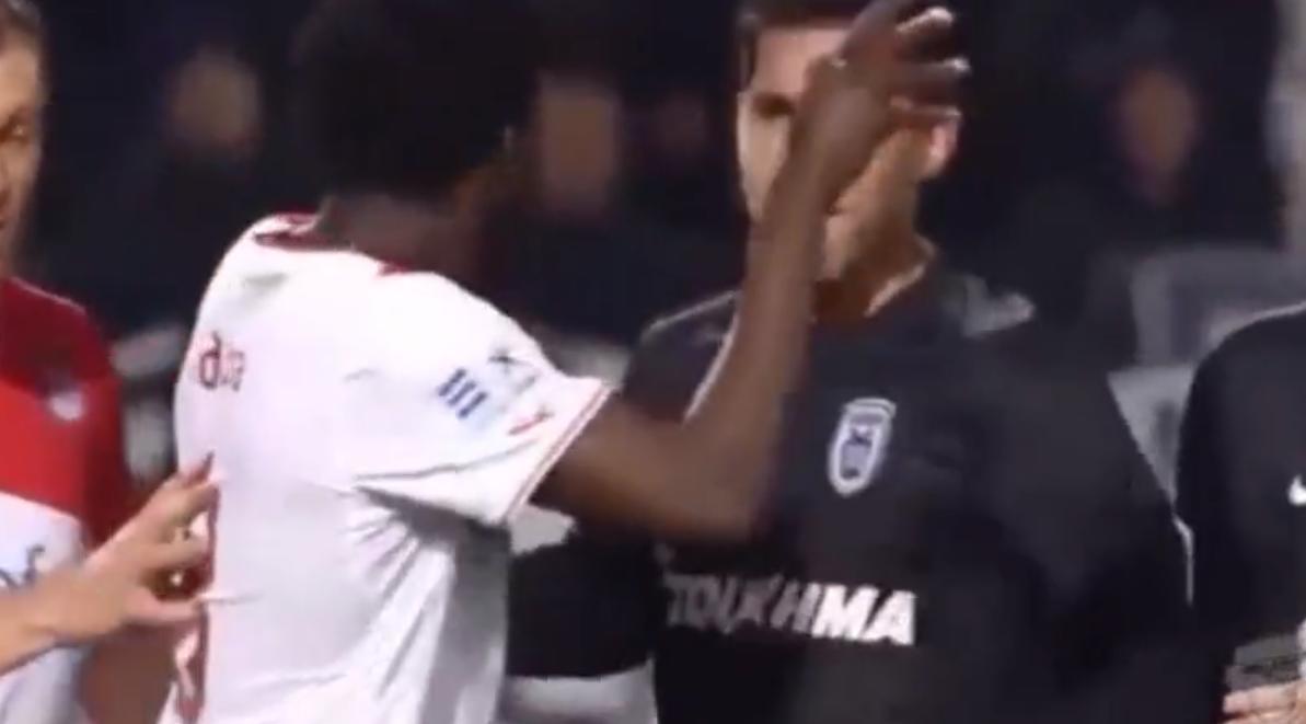Grèce : Delvin Ndinga mis KO en plein match ! (vidéo)