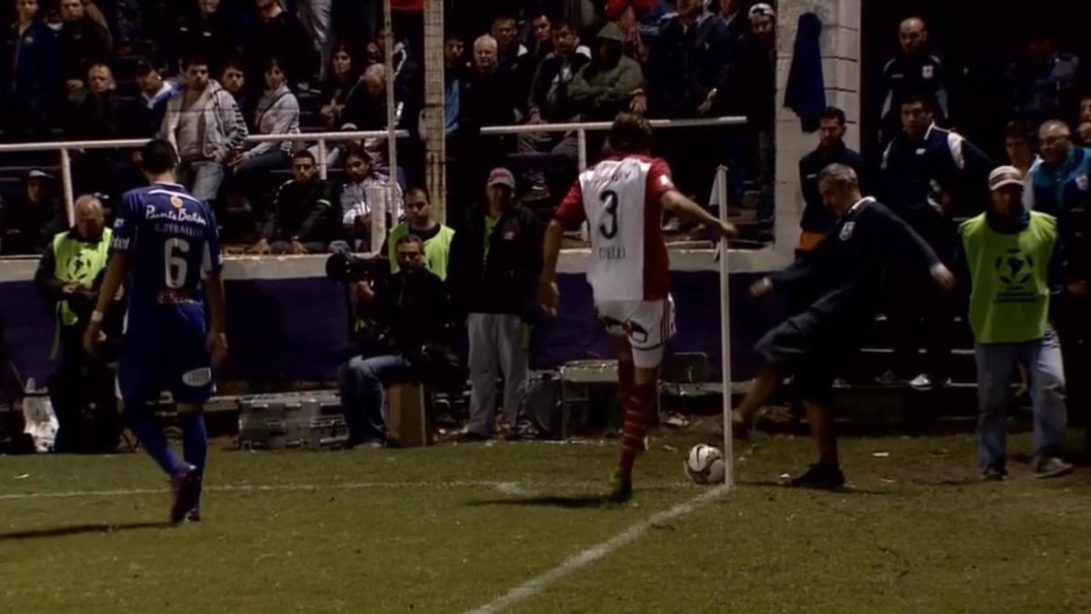 Copa Libertadores : Il s'en prend à un jardinier qui essaye de faire gagner du temps à son équipe ! (vidéo)