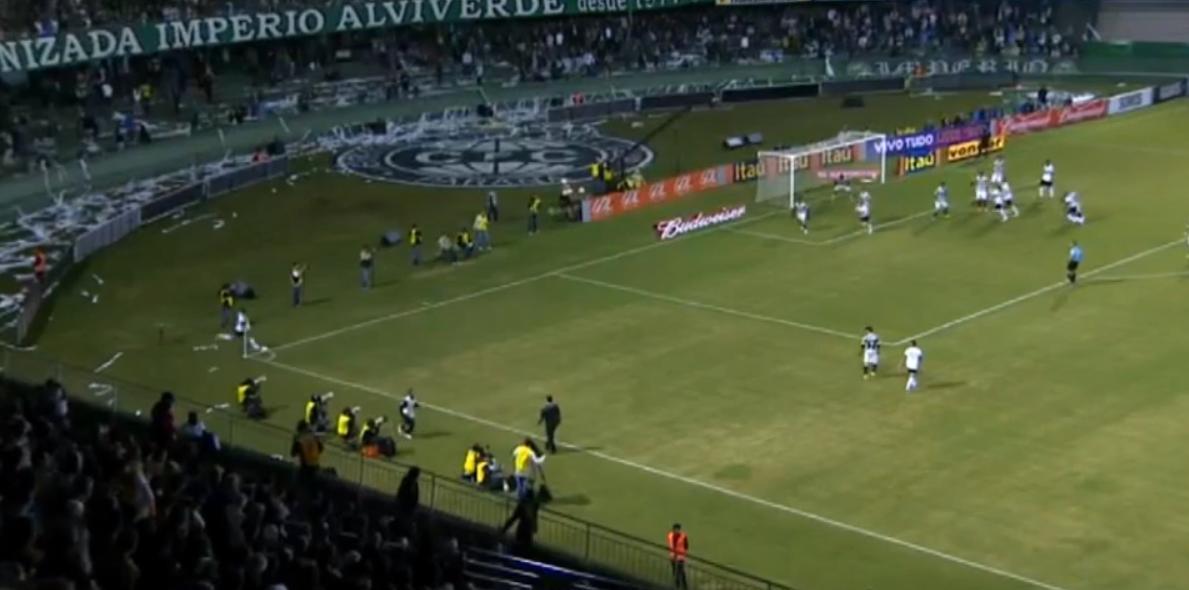 Brésil : Leandro Damiao bute sur le gazon (vidéo)