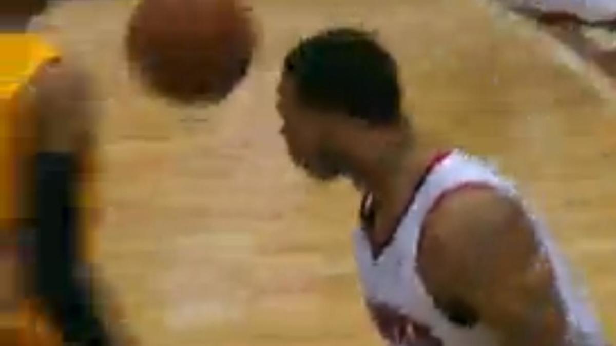 Basket - NBA : Le dunk de la nuit par Mike Scott (vidéo)