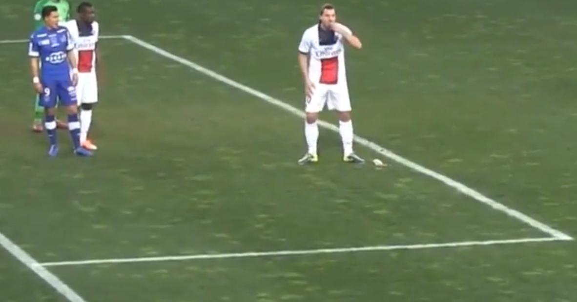 PSG : Quand Zlatan Ibrahimovic mangeait des cacahuètes en plein match ! (vidéo)