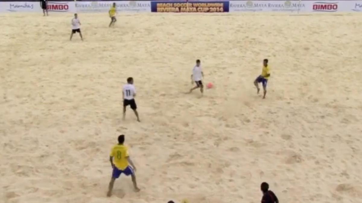 Beach soccer : Il marque un but d'extraterrestre (vidéo)