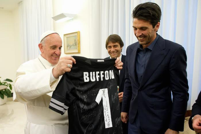 Le Pape François, en mai 2013 avec Gianluigi Buffon et Antonio Conte (Juventus)