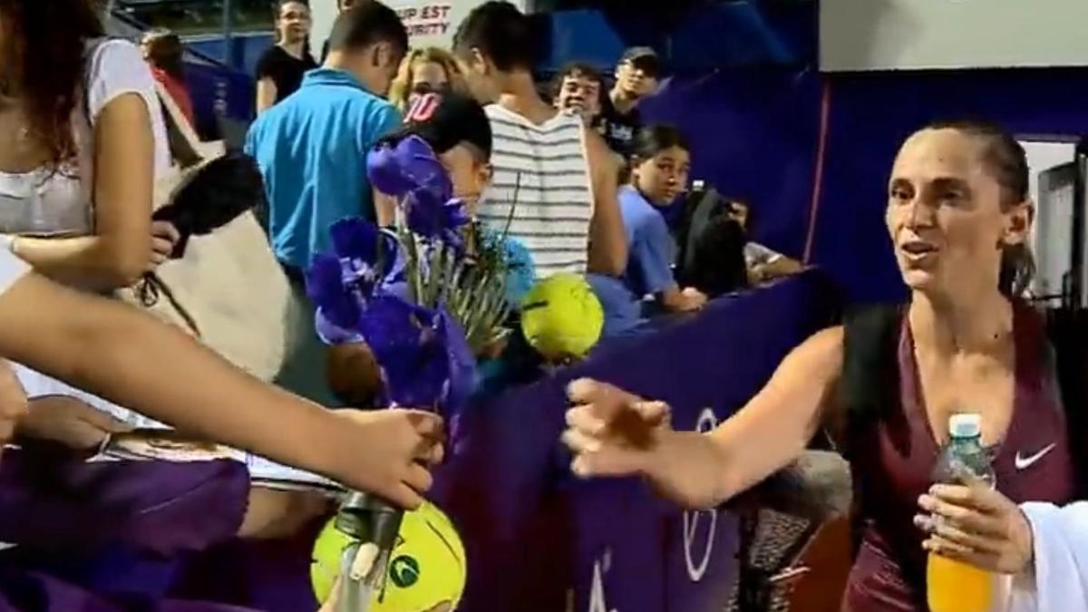 Tennis - Insolite : Elle reçoit un bouquet de fleurs d'un petit garçon (vidéo)