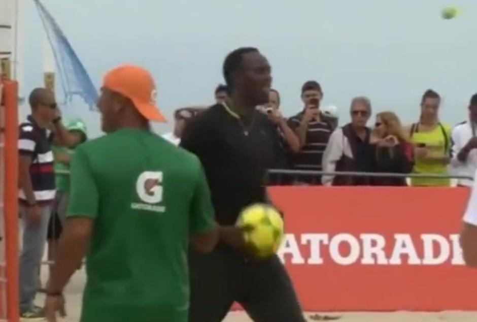 Insolite : Usain Bolt très à l'aise au footvolley (vidéo)