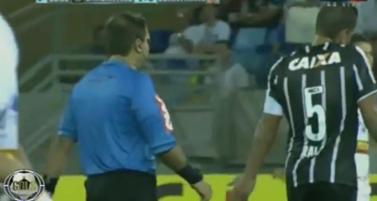 Insolite : Il envoie l'arbitre au tapis ! (vidéo)