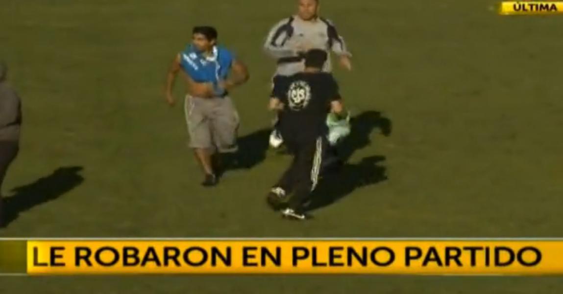 Insolite - Argentine : Un joueur se fait voler son maillot en plein match (vidéo)
