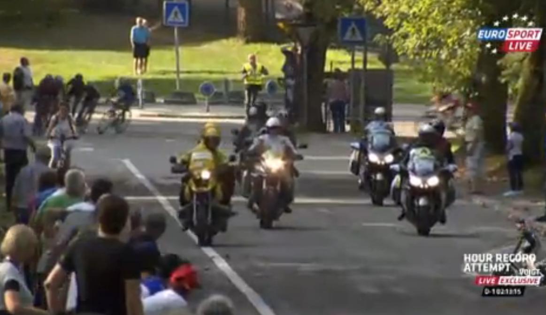 Cyclisme - Insolite : Quand une femme se balade au milieu de coureurs dans le sprint final ! (vidéo)