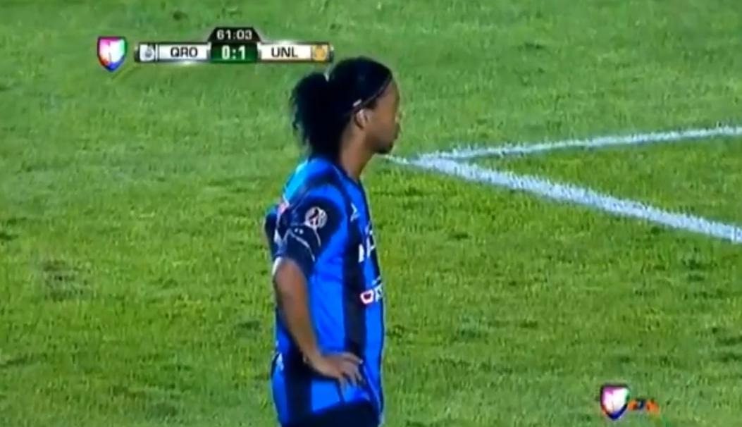 Le penalty catastrophique de Ronaldinho pour son premier match au Mexique (vidéo)