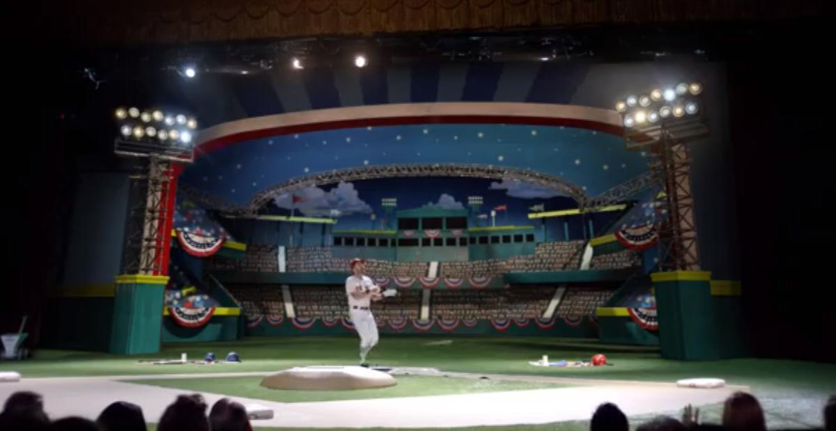 Le show de Bryan Cranston, l'acteur de Malcolm et Breaking Bad pour les playoffs de baseball (vidéo)