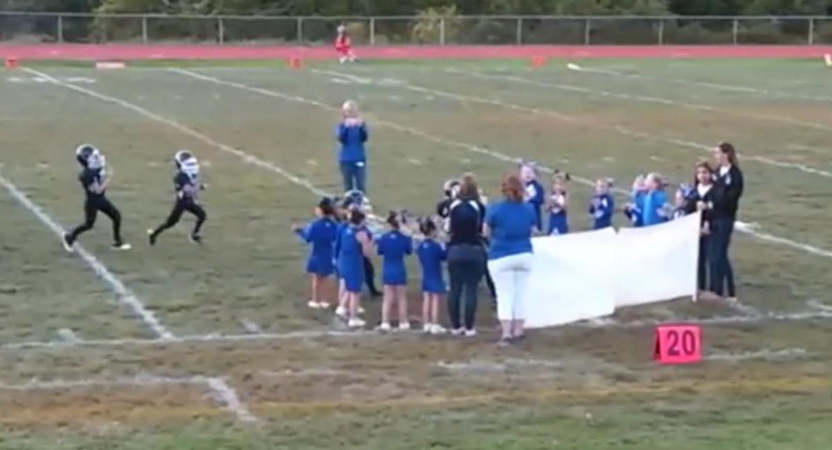 Insolite : Une banderole envoie au sol une équipe de foot US ! (vidéo)