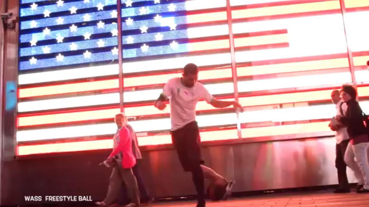 Impressionnante démonstration de football freestyle dans les rues de New York ! (vidéo)