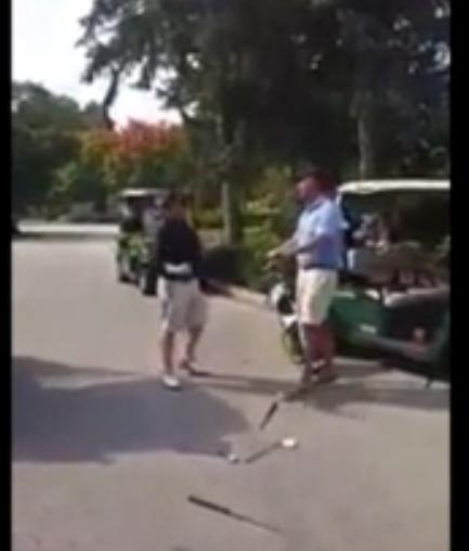 Insolite : Quand un golfeur pète un plomb et décide de tout détruire ! (vidéo)