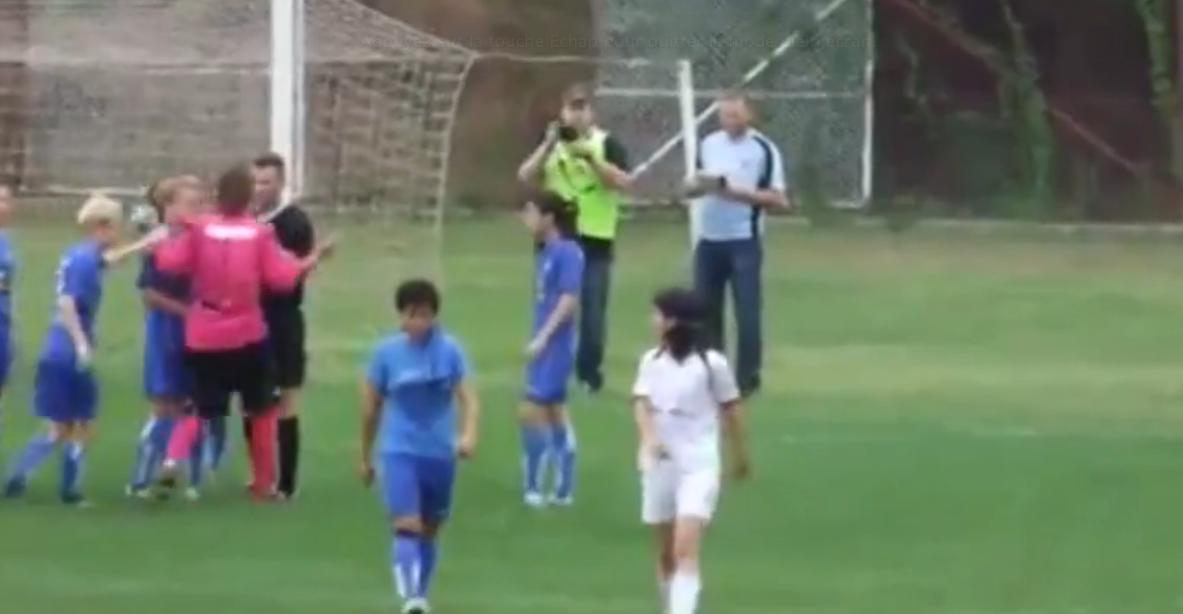 Une gardienne pique une énorme colère et veut s'en prendre à l'arbitre ! (vidéo)