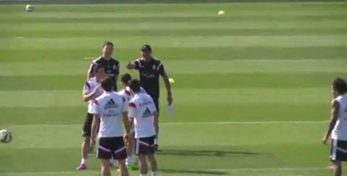 Real Madrid : Cristiano Ronaldo se moque de James Rodriguez à l'entraînement ! (vidéo)