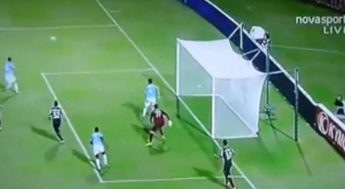 Un but complètement fou inscrit en Grèce ! (vidéo)