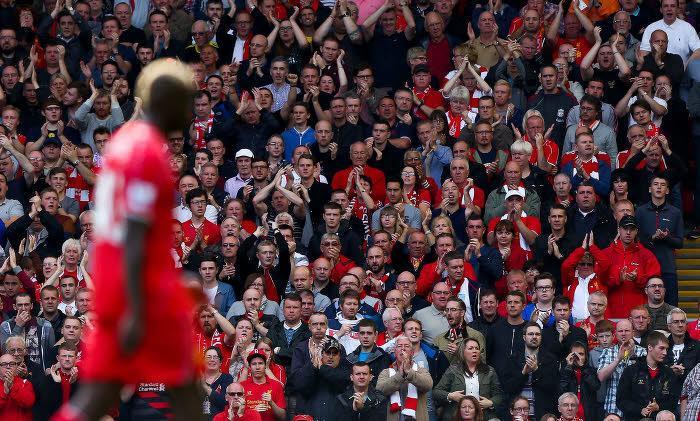 Mario Balotelli face aux supporters de Liverpool
