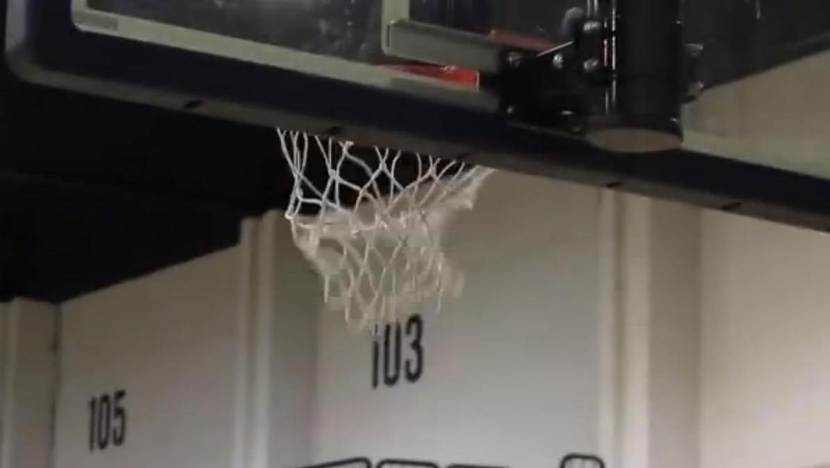 Insolite : Quand un joueur NBA met un panier avec son pied ! (vidéo)