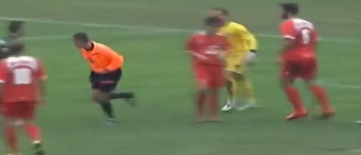 Un gardien pète les plombs et frappe l'arbitre ! (vidéo)