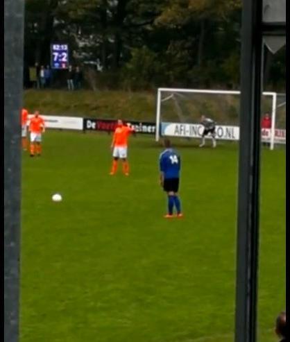 Quand un joueur amateur est à deux doigts d'inscrire un but extraordinaire ! (vidéo)