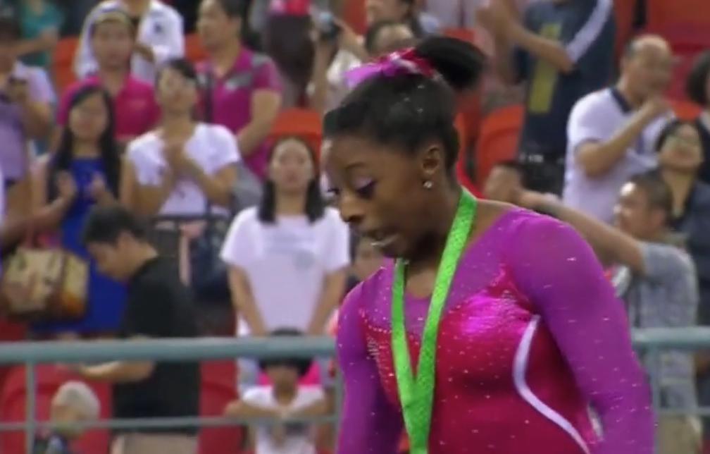 Insolite : Une gymnaste attaquée par une abeille ! (vidéo)