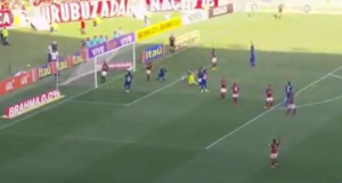 Ce joueur célèbre un but alors que le ballon est passé au-dessus ! (vidéo)