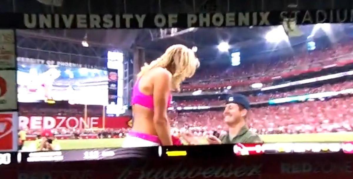 Insolite : Il demande une cheerleader en mariage en plein match ! (vidéo)