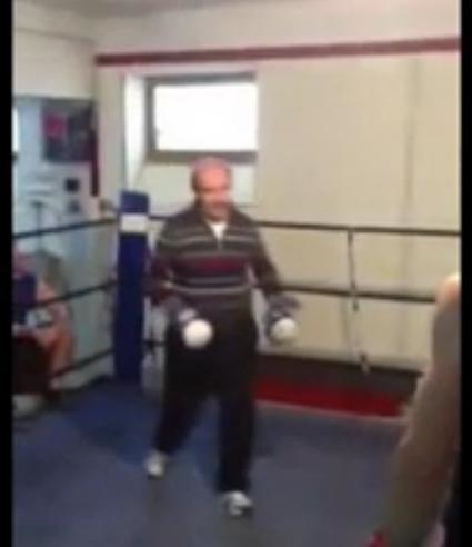 Insolite : Un vétéran donne une leçon de boxe à un jeune amateur ! (vidéo)