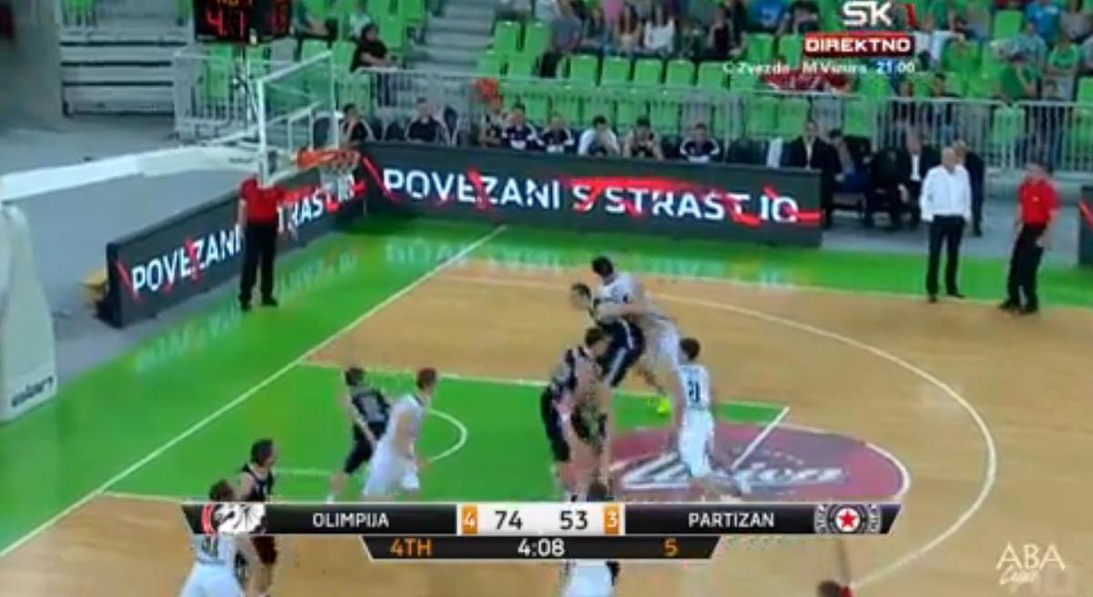 Basket : Il inscrit l'un des paniers de l'année ! (vidéo)