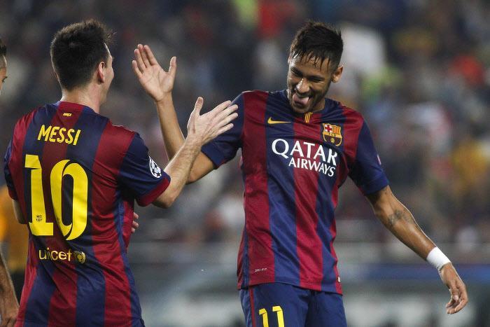 barcelone quand messi envoie un ballon dans les parties intimes de neymar