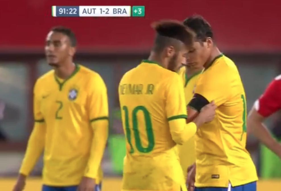 Neymar transmet le brassard de capitaine à Thiago Silva (vidéo)