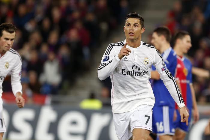 Quand Cristiano Ronaldo se fait chahuter sur le terrain par des supporters