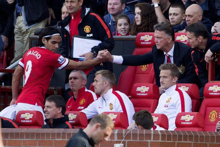 Louis Van Gaal et Radamel Falcao sur le banc de Manchester United