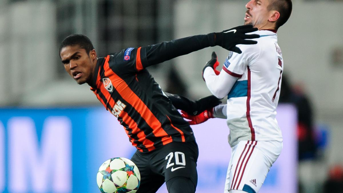 Douglas costa face à Franck Ribéry