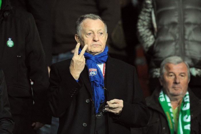 Quand Aulas chambre les supporters de l'ASSE après le but de Lacazette à Saint-Étienne