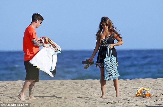 Buzz barcelone les clich s de la sortie la plage de lionel messi avec sa compagne et thiago - Sortie de plage femme ...